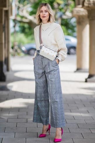Wie kombinieren: hellbeige Strick Oversize Pullover, graue weite Hose mit Schottenmuster, fuchsia Satin Pumps, weiße Leder Bauchtasche