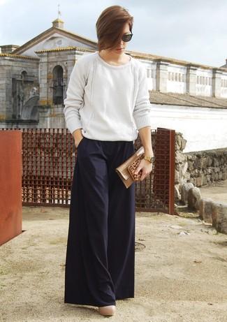weißer Strick Oversize Pullover, schwarze weite Hose, hellbeige Leder Pumps, beige Leder Clutch für Damen