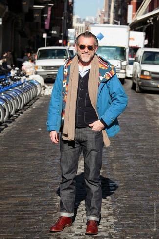 Wie kombinieren: blauer Parka, schwarze ärmellose Jacke, weißes Langarmshirt, dunkelgraue Jeans
