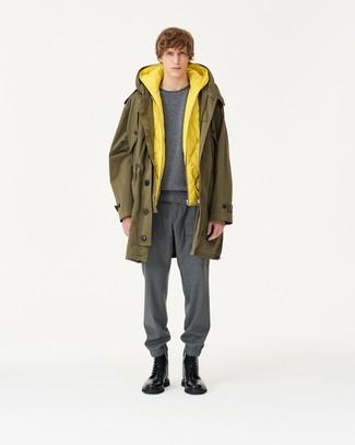 olivgrüner Parka, gelbe gesteppte ärmellose Jacke, grauer Pullover mit einem Rundhalsausschnitt, graue Jogginghose für Herren