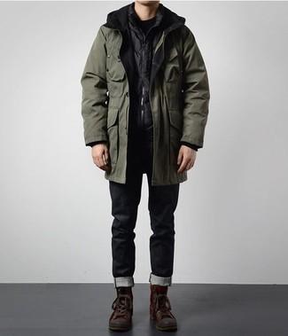 Schwarze Jeans kombinieren: trends 2020: Entscheiden Sie sich für einen olivgrünen Parka und schwarzen Jeans für einen entspannten Wochenend-Look. Fühlen Sie sich mutig? Wählen Sie dunkelbraunen Lederarbeitsstiefel.