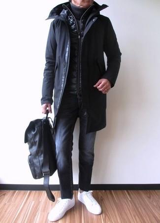 Wie kombinieren: schwarzer Parka, schwarze gesteppte ärmellose Jacke, dunkelblauer Strick Rollkragenpullover, schwarze Jeans
