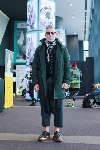 Nick Wooster trägt Dunkelgrüner Parka, Dunkelblaue gesteppte Ärmellose Jacke, Schwarze Strickjacke, Dunkeltürkise Chinohose
