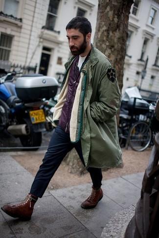 Wie kombinieren: olivgrüner Parka, lila ärmellose Jacke, weißes T-Shirt mit einem Rundhalsausschnitt, dunkelblaue Chinohose
