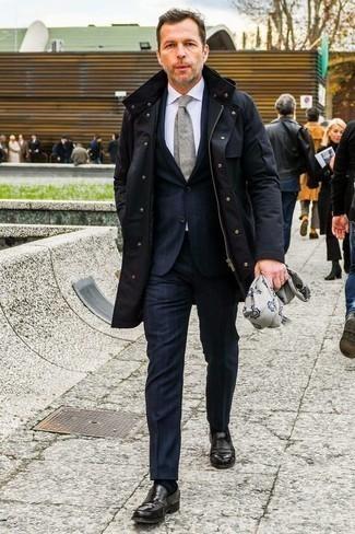 Parka kombinieren: trends 2020: Die Paarung aus einem Parka und einem dunkelblauen vertikal gestreiften Anzug ist eine ideale Wahl für einen Tag im Büro. Schalten Sie Ihren Kleidungsbestienmodus an und machen schwarzen Leder Slipper zu Ihrer Schuhwerkwahl.