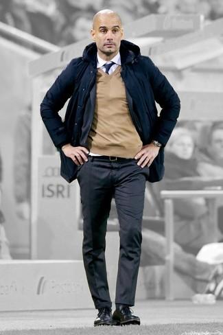 Wie kombinieren: dunkelblauer Parka, dunkelgrauer vertikal gestreifter Anzug, beige Pullover mit einem V-Ausschnitt, weißes Businesshemd