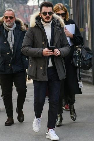 Parka kombinieren: trends 2020: Die modische Kombination aus einem Parka und einem dunkelblauen vertikal gestreiften Anzug ist perfekt für einen Tag im Büro. Fühlen Sie sich mutig? Wählen Sie weißen Leder niedrige Sneakers.