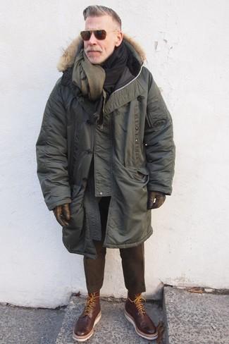 Dunkelbraune Brogue Stiefel aus Leder kombinieren: trends 2020: Kombinieren Sie einen olivgrünen Parka mit einer dunkelbraunen Wollanzughose für Drinks nach der Arbeit. Dunkelbraune Brogue Stiefel aus Leder sind eine ideale Wahl, um dieses Outfit zu vervollständigen.