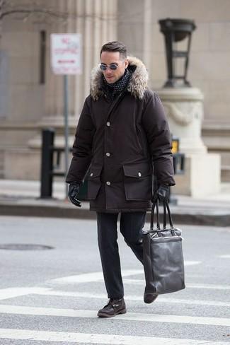 Wie kombinieren: dunkelbrauner Parka, schwarze Wollanzughose, dunkelbraune Lederfreizeitstiefel, dunkelbraune Shopper Tasche aus Leder