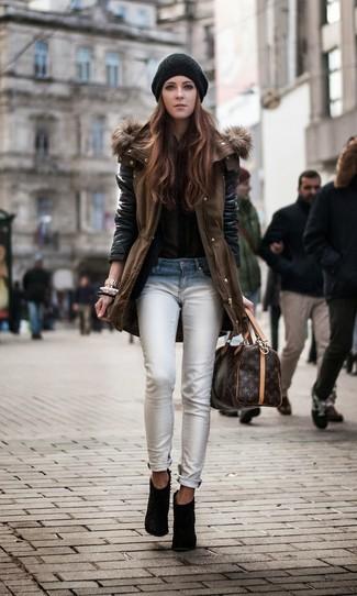 Wie kombinieren: brauner Parka, olivgrüne Bluse mit Knöpfen, weiße enge Jeans, schwarze Wildleder Stiefeletten