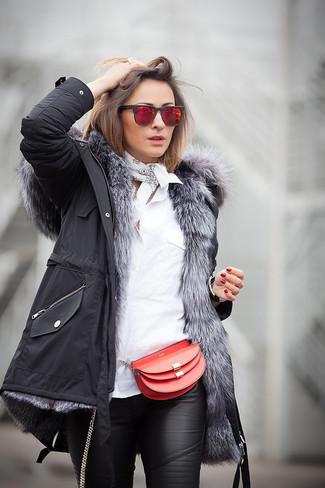 Wie kombinieren: schwarzer Parka, weißes Businesshemd, schwarze enge Hose aus Leder, rote Leder Umhängetasche