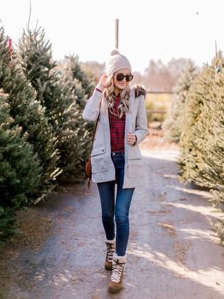 Rotes Businesshemd mit Schottenmuster kombinieren – 105 Damen Outfits: Ein rotes Businesshemd mit Schottenmuster und dunkelblaue enge Jeans sind ideal geeignet, um ein zeitgenössisches Alltags-Outfit zu kreieren. Fühlen Sie sich mutig? Wählen Sie braunen Wildlederwinterschuhe.