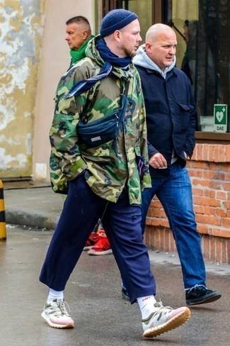 Dunkelblaue Mütze kombinieren – 421 Herren Outfits: Vereinigen Sie einen olivgrünen Camouflage Parka mit einer dunkelblauen Mütze für einen entspannten Wochenend-Look. Putzen Sie Ihr Outfit mit mehrfarbigen Sportschuhen.