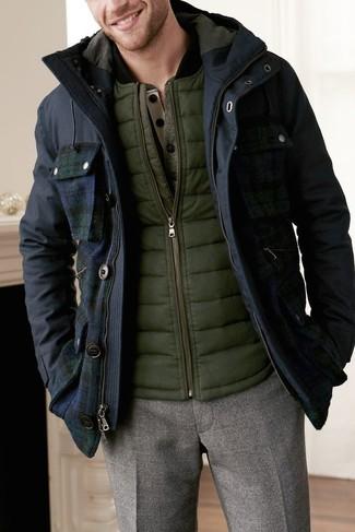 Wie kombinieren: dunkelblauer Parka, olivgrüne ärmellose Jacke, olivgrüner Henley-Pullover, braune Wollanzughose
