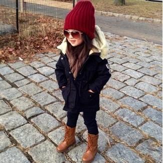Wie kombinieren: dunkelblauer Parka, schwarze Leggings, braune Stiefel, rote Mütze