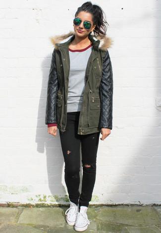 Teenager: Grauen Pullover mit einem Rundhalsausschnitt kombinieren – 1 Damen Outfits: Um einen geradlinigen und super lässigen City-Look zu erzeugen, tragen Sie einen grauen Pullover mit einem Rundhalsausschnitt und schwarzen enge Jeans mit Destroyed-Effekten. Weiße hohe Sneakers aus Segeltuch fügen sich nahtlos in einer Vielzahl von Outfits ein.