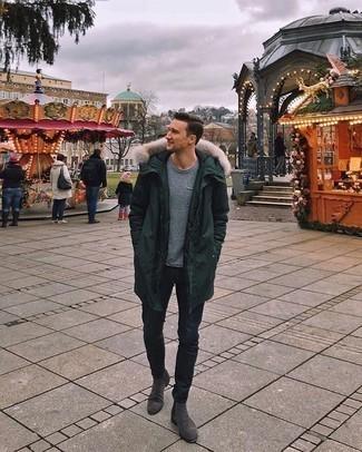 Dunkelgraue Chelsea Boots aus Wildleder kombinieren – 90 Herren Outfits: Erwägen Sie das Tragen von einem dunkelgrünen Parka und dunkelblauen Jeans für einen entspannten Wochenend-Look. Schalten Sie Ihren Kleidungsbestienmodus an und machen dunkelgrauen Chelsea Boots aus Wildleder zu Ihrer Schuhwerkwahl.