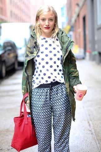 Wie kombinieren: dunkelgrüner Camouflage Parka, weißes und dunkelblaues gepunktetes T-Shirt mit einem Rundhalsausschnitt, blaue bedruckte Jogginghose, rote Shopper Tasche aus Segeltuch