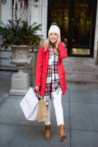 Wie kombinieren: roter Parka, weiße enge Jeans, beige Leder Stiefeletten, weiße Mütze