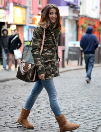 Hellblaue enge Jeans kombinieren: trends 2020: Lassen Sie sich von dieser Freizeit-Paarung aus einem olivgrünen Camouflage Parka und hellblauen engen Jeans inspirieren. Suchen Sie nach leichtem Schuhwerk? Vervollständigen Sie Ihr Outfit mit braunen Ugg Stiefeln für den Tag.