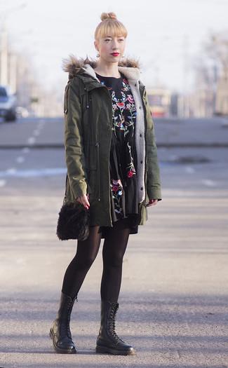 Wie kombinieren: olivgrüner Parka, schwarzes besticktes Freizeitkleid, schwarze flache Stiefel mit einer Schnürung aus Leder, schwarze Pelz Umhängetasche