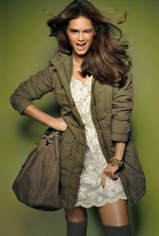 Wie kombinieren: olivgrüner Parka, weißes gerade geschnittenes Kleid aus Spitze, graue hohe Socken, braune Shopper Tasche aus Leder