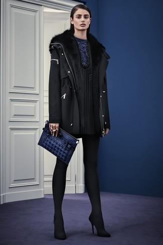 Wie kombinieren: schwarzer Wollparka, schwarzes vertikal gestreiftes gerade geschnittenes Kleid, schwarze Wildleder Pumps, dunkelblaue Leder Clutch