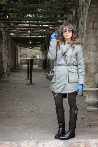 Schwarze kniehohe Stiefel aus Leder kombinieren – 35 Casual Damen Outfits: Wahlen Sie einen grauen Parka, um einen entspannten Trend-Look zu erzielen. Schwarze kniehohe Stiefel aus Leder putzen umgehend selbst den bequemsten Look heraus.