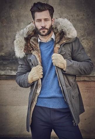 Wie kombinieren: grauer Parka, blauer Pullover mit einem Rundhalsausschnitt, hellbeige Langarmhemd, dunkelblaue Wollanzughose