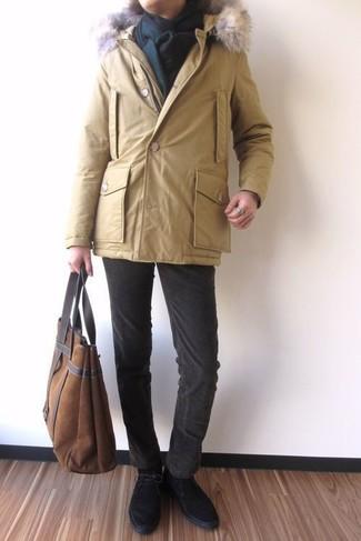 Wie kombinieren: gelber Parka, dunkelbraune Kordjeans, schwarze Chukka-Stiefel aus Wildleder, braune Shopper Tasche aus Wildleder