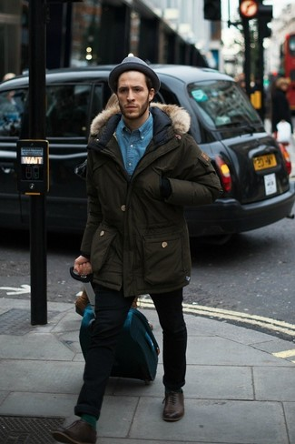 Wie kombinieren: olivgrüner Parka, blaues Jeanshemd, schwarze enge Jeans, dunkelbraune Leder Oxford Schuhe