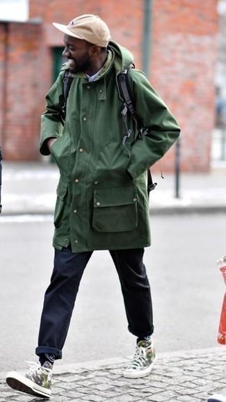 Schwarzen Rucksack kombinieren: trends 2020: Ein dunkelgrüner Parka und ein schwarzer Rucksack sind eine gute Outfit-Formel für Ihre Sammlung. Fühlen Sie sich mutig? Vervollständigen Sie Ihr Outfit mit olivgrünen Camouflage hohen Sneakers aus Segeltuch.