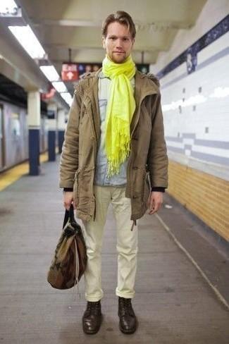 Mode für Herren ab 20 2020: Tragen Sie einen beige Parka und eine gelbe Chinohose für ein großartiges Wochenend-Outfit. Fühlen Sie sich mutig? Wählen Sie eine dunkelbraune Lederfreizeitstiefel.