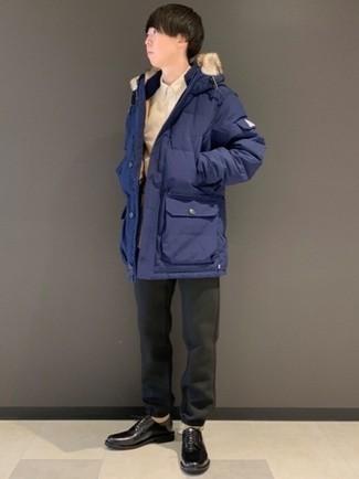 Dunkelgraue Chinohose kombinieren – 470 Herren Outfits kalt Wetter: Erwägen Sie das Tragen von einem dunkelblauen Parka und einer dunkelgrauen Chinohose für ein großartiges Wochenend-Outfit. Schwarze Leder Derby Schuhe bringen Eleganz zu einem ansonsten schlichten Look.