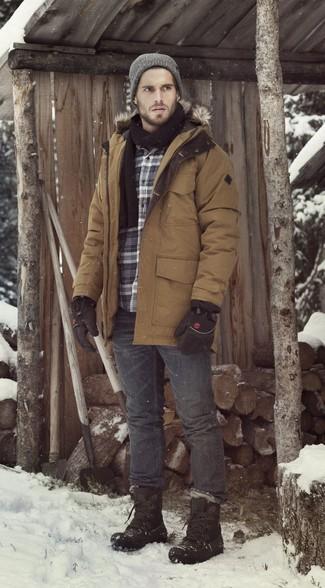 Schwarzen Schal kombinieren: Casual-Outfits: trends 2020: Erwägen Sie das Tragen von einem braunen Parka und einem schwarzen Schal für einen entspannten Wochenend-Look. Fügen Sie schwarzen Winterschuhe für ein unmittelbares Style-Upgrade zu Ihrem Look hinzu.