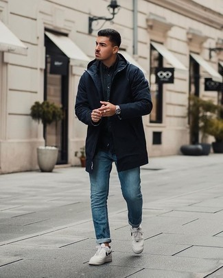 Silberne Uhr kombinieren – 365 Herren Outfits kühl Wetter: Für ein bequemes Couch-Outfit, tragen Sie einen dunkelblauen Parka und eine silberne Uhr. Fühlen Sie sich ideenreich? Komplettieren Sie Ihr Outfit mit weißen und schwarzen Leder niedrigen Sneakers.