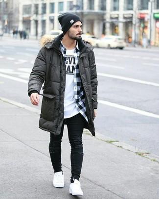 Wie kombinieren: dunkelgrauer Parka, weißes und schwarzes Langarmhemd mit Vichy-Muster, weißes und schwarzes bedrucktes T-Shirt mit einem Rundhalsausschnitt, schwarze enge Jeans mit Destroyed-Effekten