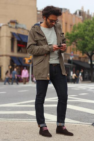 Wie kombinieren: brauner Parka, weißes und schwarzes horizontal gestreiftes Langarmshirt, dunkelblaue enge Jeans, dunkelbraune Chukka-Stiefel aus Wildleder