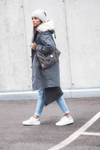 Wie kombinieren: grauer Parka, dunkelgrauer lange Strickjacke, hellblaue enge Jeans mit Destroyed-Effekten, weiße Leder niedrige Sneakers