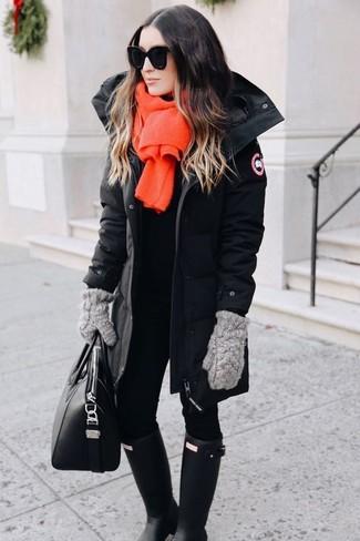Schwarzer Parka, Schwarze Leggings, Schwarze Gummistiefel, Schwarze Shopper Tasche aus Leder für Damen