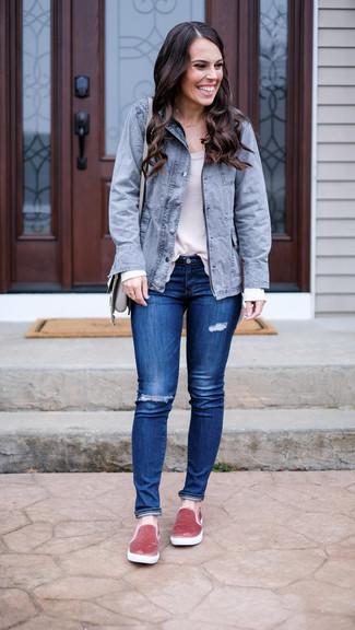 Wie kombinieren: grauer Parka mit einem Schwalbenschwanz, weißes Langarmshirt, blaue enge Jeans mit Destroyed-Effekten, rosa Slip-On Sneakers aus Samt