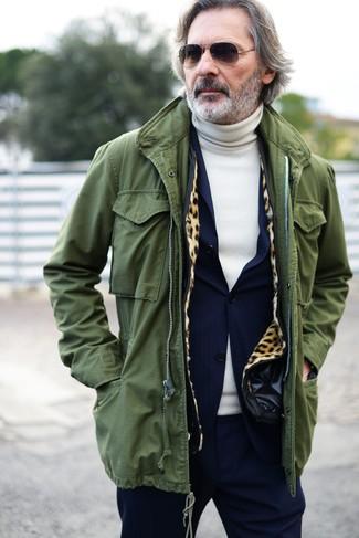Wie kombinieren: olivgrüner Parka mit einem Schwalbenschwanz, dunkelblauer Anzug, hellbeige Rollkragenpullover, schwarze Sonnenbrille