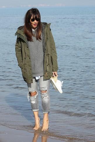 Graue enge Jeans mit Destroyed-Effekten kombinieren: trends 2020: Mit dieser Kombination aus einem olivgrünen Parka mit einem Schwalbenschwanz und grauen engen Jeans mit Destroyed-Effekten sind trendbewusste Frauen ideal angezogen. Komplettieren Sie Ihr Outfit mit weißen Leder niedrigen Sneakers.