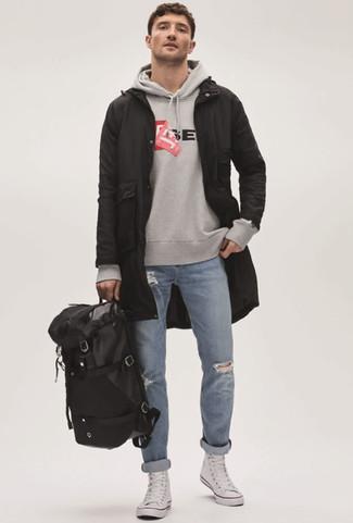 Wie kombinieren: schwarzer Parka mit einem Schwalbenschwanz, grauer bedruckter Pullover mit einem Kapuze, hellblaue Jeans mit Destroyed-Effekten, weiße hohe Sneakers aus Segeltuch