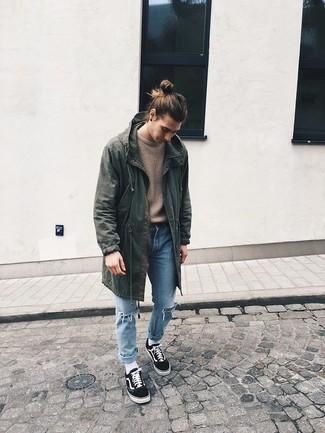 Hellblaue Jeans mit Destroyed-Effekten kombinieren für Winter: trends 2020: Ein olivgrüner Parka mit einem Schwalbenschwanz und hellblaue Jeans mit Destroyed-Effekten sind eine großartige Outfit-Formel für Ihre Sammlung. Fühlen Sie sich ideenreich? Entscheiden Sie sich für schwarzen niedrige Sneakers. Schon ergibt sich ein schönes Winter-Outfit.