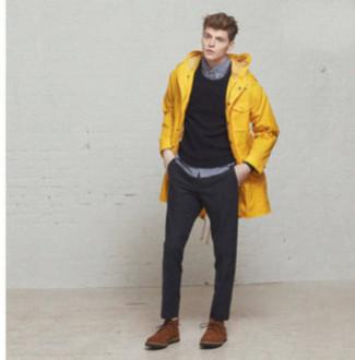Dunkelgrauen Pullover mit einem Rundhalsausschnitt kombinieren für Winter: trends 2020: Kombinieren Sie einen dunkelgrauen Pullover mit einem Rundhalsausschnitt mit einer dunkelgrauen Anzughose für eine klassischen und verfeinerte Silhouette. Ergänzen Sie Ihr Look mit braunen Wildleder Derby Schuhen. Dieser Look eignet sich ideal für den Winter.