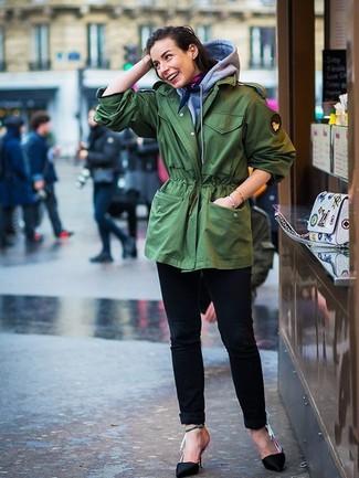 Grauen Pullover mit einer Kapuze kombinieren: trends 2020: Tragen Sie einen grauen Pullover mit einer Kapuze und schwarzen Jeans - mehr brauchen Sie nicht, um ein ideales lässiges Outfit zu zaubern. Schwarze Satin Pumps fügen sich nahtlos in einer Vielzahl von Outfits ein.