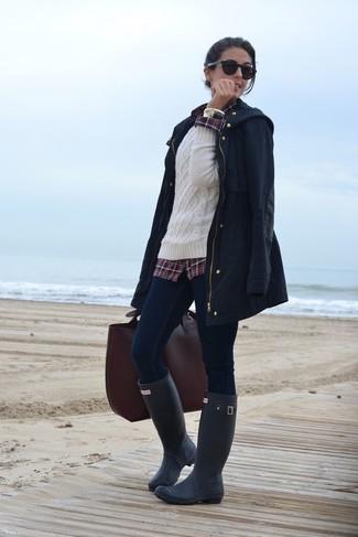 Wie kombinieren: dunkelblauer Parka mit einem Schwalbenschwanz, weißer Strickpullover, dunkelrotes Businesshemd mit Schottenmuster, dunkelblaue enge Jeans