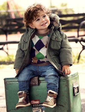 Wie kombinieren: olivgrüner Parka, mehrfarbiger Pullover, blaue Jeans, braune Turnschuhe