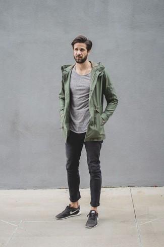 Wie kombinieren: olivgrüner leichter Parka, grauer Pullover mit einem Rundhalsausschnitt, schwarze Jeans, schwarze niedrige Sneakers